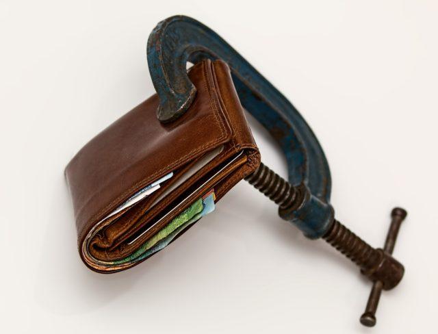 Bild zeigt eine Geldbörse mit Schraubzwinge